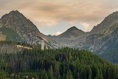 Grande vista sulle alte montagne di Tatra da Strbske Pleso Immagini Stock