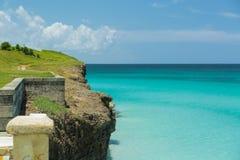 Grande vista tropicale stupefacente di alta scogliera verde sopra l'oceano azzurrato tranquillo Immagini Stock