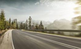 Grande vitesse sur une route de montagne Image libre de droits