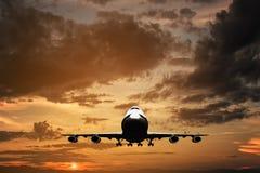 Grande volo dell'?reo a reazione sullo skybackground nuvoloso blu fotografia stock libera da diritti