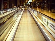 Grande vue au-dessus d'un tapis roulant dans le salon d'aéroport photos libres de droits