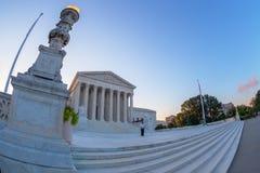 Grande vue d'angle avec le bâtiment de court suprême d'U S, Washington images libres de droits