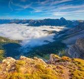 Grande vue de la vallée brumeuse Photo stock