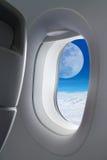 Grande vue de lune en dehors d'avion de fenêtre Image stock