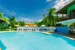 Grande vue de paysage des au sol coloniaux d'hôtel, de la belle piscine et des rétros bâtiments élégants sur le ciel bleu Photo libre de droits