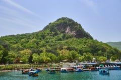 Grande vue des montagnes et du lac du lac Sanjeong situés à Pocheon, Corée du Sud pendant l'été Les bateaux de l'amour peuvent êt Images libres de droits