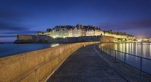 Grande vue la nuit de ville fortificated Saint Malo dans Britanny - France photo stock