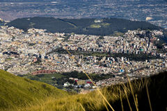 Grande vue panoramique de ville de Quito, Equateur Photographie stock libre de droits