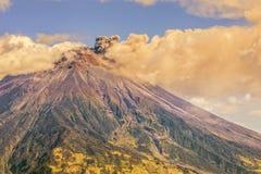 Grande vulcano di Ash Cloud Rising From Tungurahua Immagini Stock