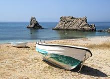 Grande y botes pequeños en la costa Fotografía de archivo libre de regalías