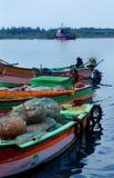 Grande y botes pequeños parqueados en la playa karaikal imagen de archivo