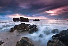 Grande y hermosa vista de la puesta del sol en la playa imagen de archivo libre de regalías