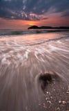 Grande y hermosa vista de la puesta del sol en la playa con la exposición larga fotografía de archivo