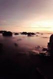 Grande y hermosa vista de la puesta del sol en la playa con la exposición larga imágenes de archivo libres de regalías