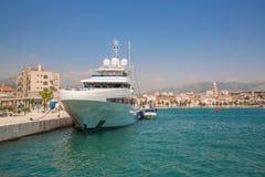 Grande yacht al pilastro Immagine Stock