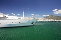 Grande, yacht bianco, lussuoso e costoso Fotografia Stock Libera da Diritti