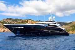 Grande yacht di lusso del motore contro il contesto delle montagne fotografie stock libere da diritti
