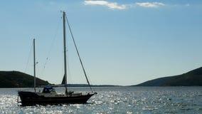 Grande yacht vuoto blu ancorato nella baia stock footage