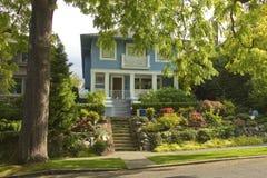Grande zone résidentielle Seattle WA d'arbre et de maison. Photos libres de droits