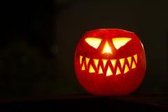 Grande zucca di Halloween che emette luce nello scuro fotografie stock libere da diritti