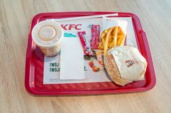 Grander hamburgeru posiłek z napojem i francuzem smaży przy KFC Kentucky Fried Chicken restauracją Obraz Stock