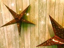 Grandes étoiles rouges mignonnes de vacances, Noël, la décoration de nouvelle année dans la perspective des panneaux verticaux en photo libre de droits