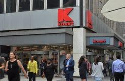 Grandes almacenes de New York City del comercio al por menor de la tienda de Kmart que hacen compras fotos de archivo libres de regalías