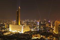 Grandes almacenes de Tailandia del icono en el lado de Chao Phraya River Luz de oro en el paisaje urbano de Bangkok Bangkok, Tail fotografía de archivo libre de regalías