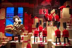 Grandes almacenes París de la exhibición del escaparate Imagenes de archivo