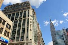 Grandes almacenes y Empire State Building, Manhattan, NYC de Macy Imagen de archivo