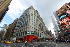 Grandes almacenes y Empire State Building, Manhattan, NYC del ` s de Macy Imagen de archivo libre de regalías