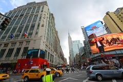 Grandes almacenes y Empire State Building, Manhattan, NYC del ` s de Macy Foto de archivo libre de regalías