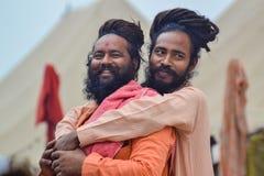 Grandes amigos que sorriem, no Kumbh Mela Festival, Allahabad, Índia 2013 imagens de stock