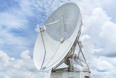 Grandes antenas parabólicas brancas na estação do centro da antena de uma comunicação foto de stock