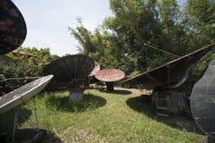Grandes antennes paraboliques abandonnées dans un jardin aux Philippines images libres de droits