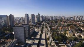 Grandes avenidas, journalista Roberto Marinho da avenida, Sao Paulo Brazil imagem de stock