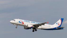Grandes aviões de passageiro Airbus A320-214, Ural Airlines Fotografia de Stock Royalty Free