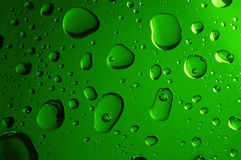 Grandes baisses de l'eau sur le fond vert Images libres de droits