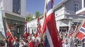 Grandes bandeiras norueguesas que acenam sobre as cabeças norueguesas Fotografia de Stock