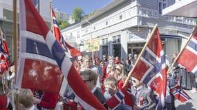 Grandes bandeiras norueguesas que acenam sobre as cabeças norueguesas Imagens de Stock