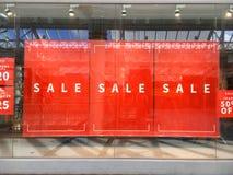 Grandes bannières de vente accrochant dans l'affichage de vitrine d'exposition photos libres de droits