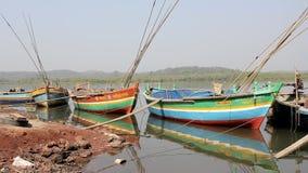 Grandes barcos de pesca coloridos vazios no riverbank video estoque