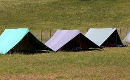 Grandes barracas a dormir durante o acampamento de verão do boyscout foto de stock royalty free