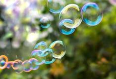 Grandes belles bulles de savon multicolores dans le jardin Photo stock