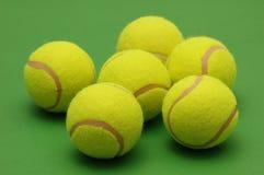 Grandes billes de tennis sur le fond vert Photos libres de droits