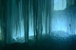 Grandes blocos de fundo congelado gelo da cachoeira ou da caverna imagem de stock royalty free