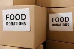 Grandes boîtes durables remplies de donations de nourriture photo stock