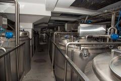 Grandes boîtes sur l'usine moderne pour la production laitière Photos stock