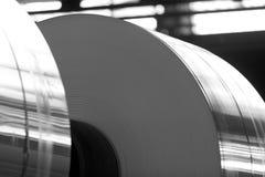 Grandes bobines d'aluminium dans l'ouvrier Image stock