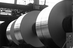 Grandes bobines d'aluminium sur les appuis lourds de fer Photo stock